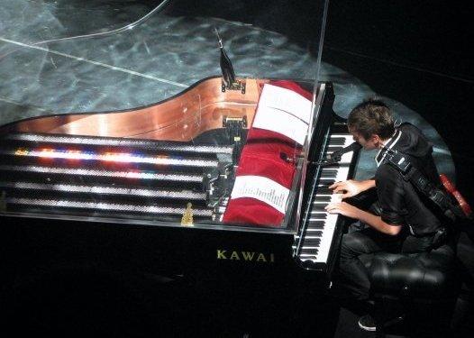 Matt jouant sur l'un de ses MP-8 en concert, avril 2008